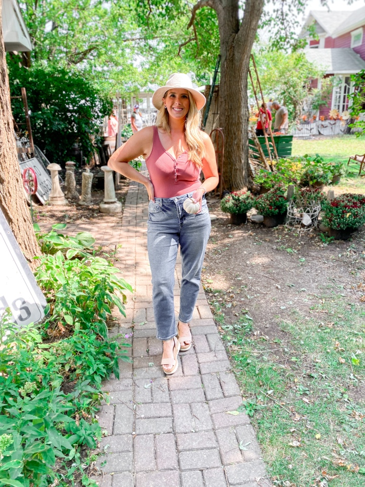 Mauve bodysuit + mom jeans | fall style